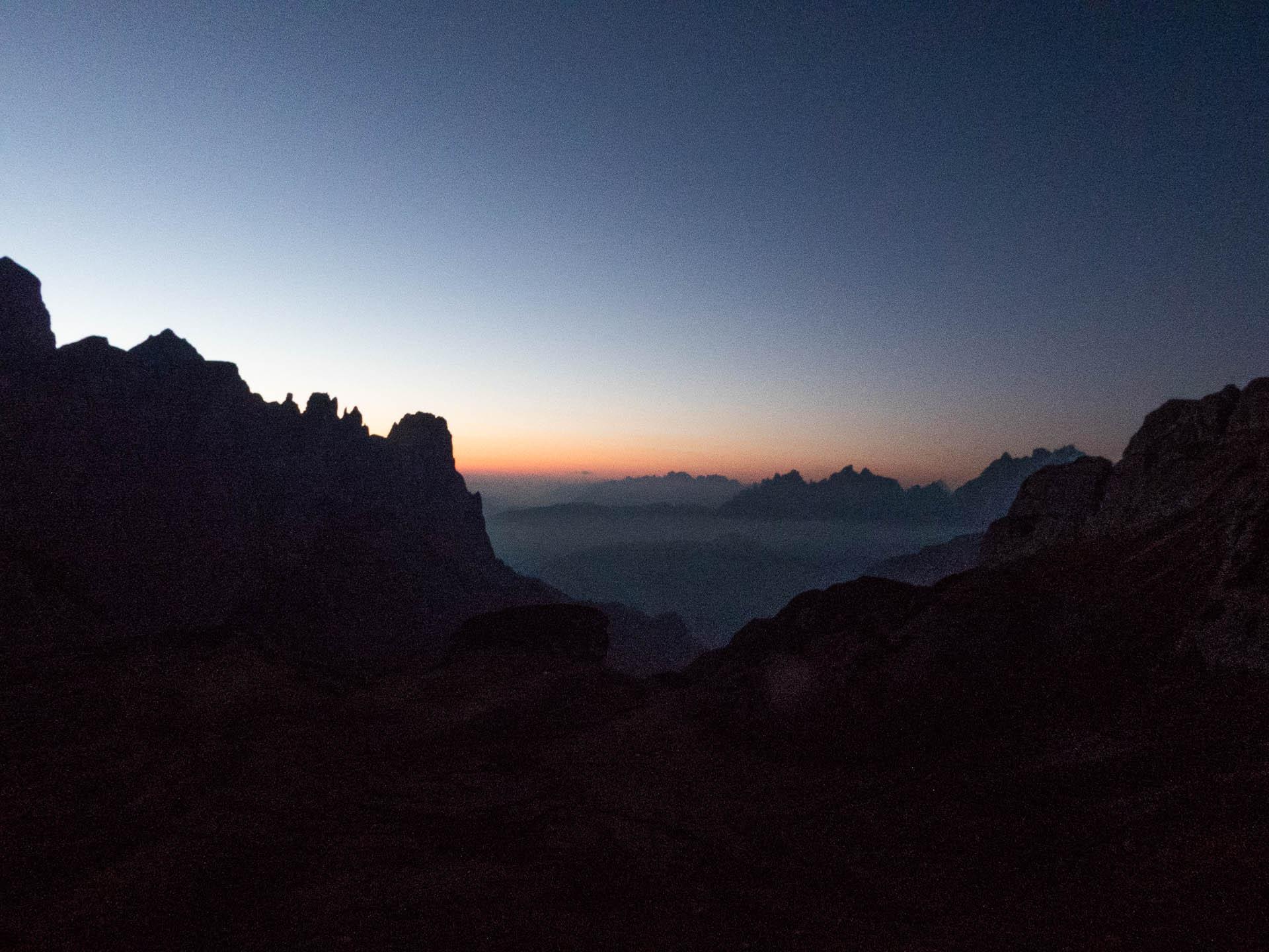 L'alba ci sorprende sopra i laghi di Cengia