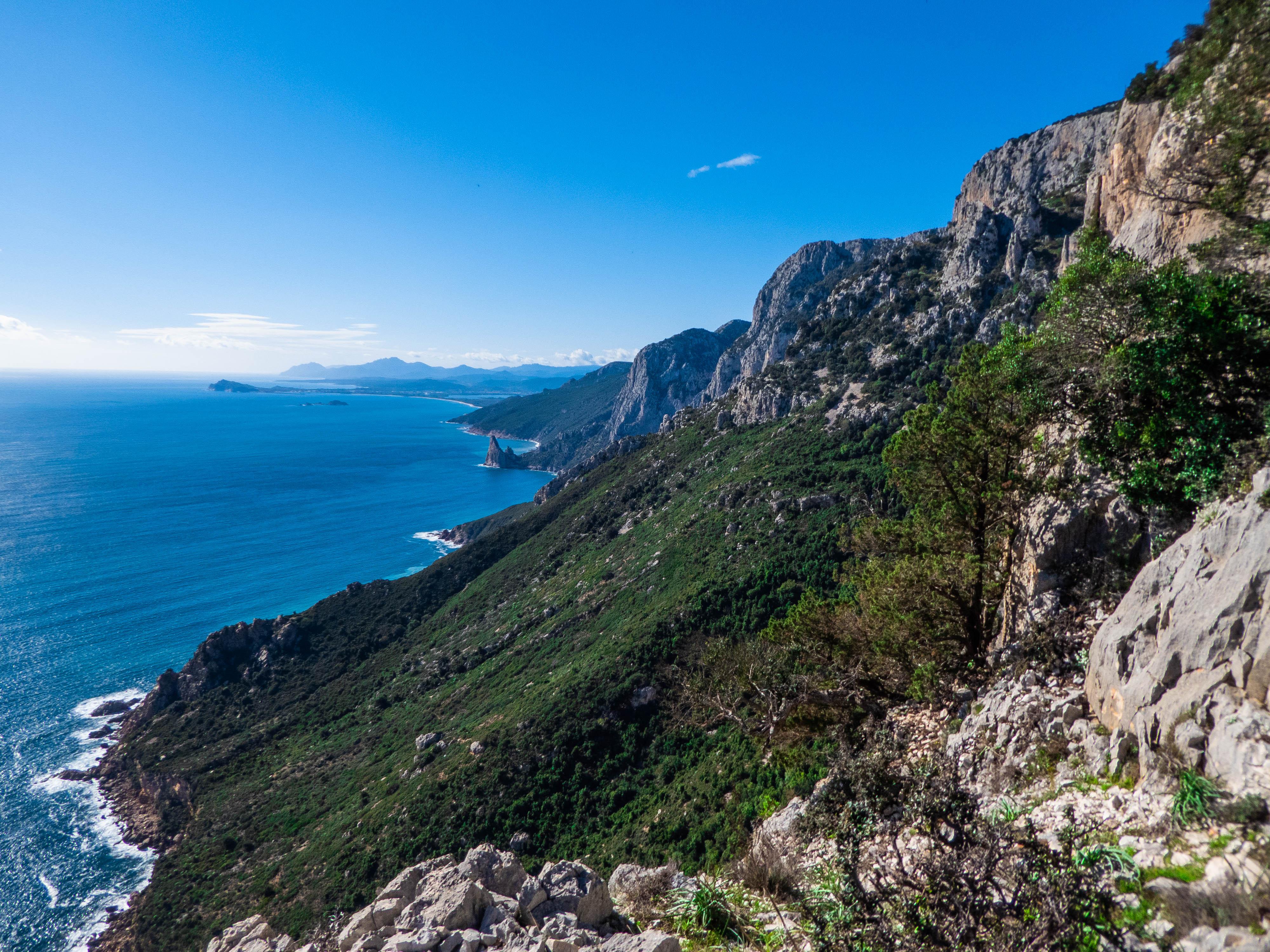 Primo giorno: guardandosi indietro si vede il punto di partenza del trekking: Pedra Longa. Un bellissimo monolite di calcare che emerge direttamente dal mare