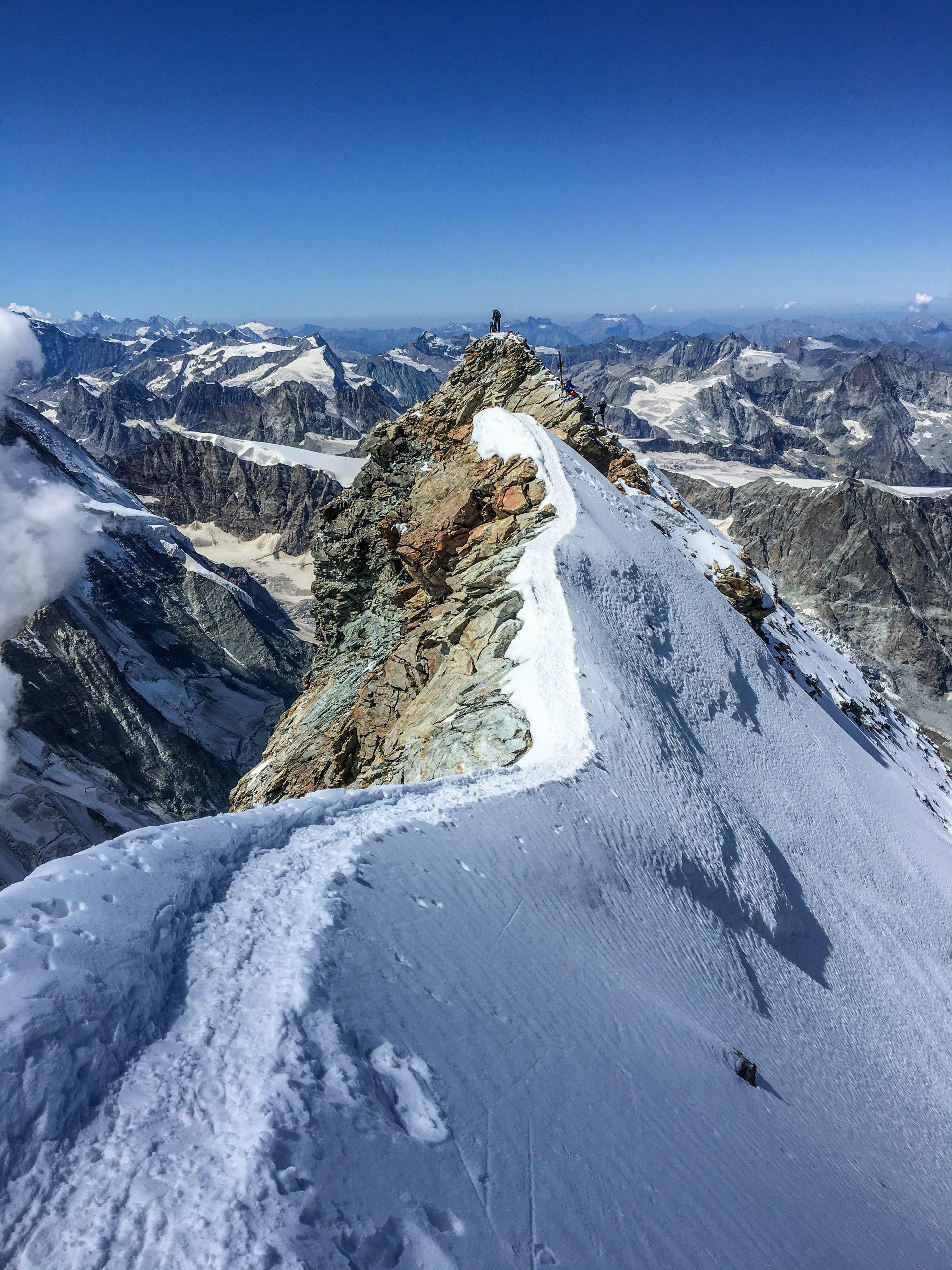 La cresta che collega la cima svizzera del Cervino alla cima italiana
